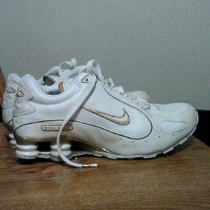 Women's Nike Shox/ 8.5 / White & Gold